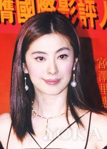珍珠耳环给王祖贤增添了温柔的气息