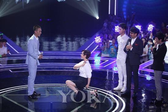 海清对钟爱的选手单膝下跪