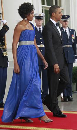 图为奥巴马夫人脚穿一双周仰杰(Jimmy Choo)矮跟鞋