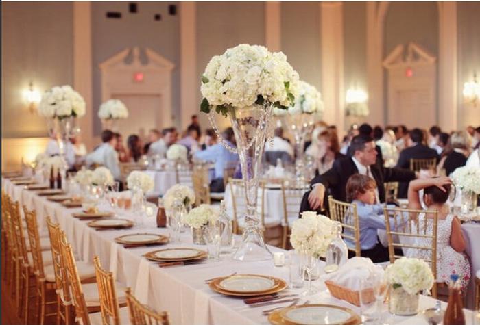 静谧蓝水晶粉?你可以选择的婚礼主题色还有很多! 水晶粉婚礼色调 充满奶油色彩的水晶粉是每个女生都无法抗拒的色彩,在婚礼上,用这种浪漫的粉色装点,似乎能够呈现出一场童话般的婚礼。粉嫩的马卡龙、半透明状的粉色软饮让人食欲倍增,甜腻腻的粉红花束和花瓣裙更是戳爆每一颗公主心!静谧蓝婚礼色调 2016流行色中另一个色彩就是男女通杀的静谧蓝,这种比天空还要清淡的蓝色让男人都无法抗拒。在请柬卡片上、餐桌上,都选择这样的颜色作为装点,实在太适合一场别开生面的海滨婚礼了!海水蓝婚礼色调 其实蓝色一直以来都是不少新婚夫妇选择