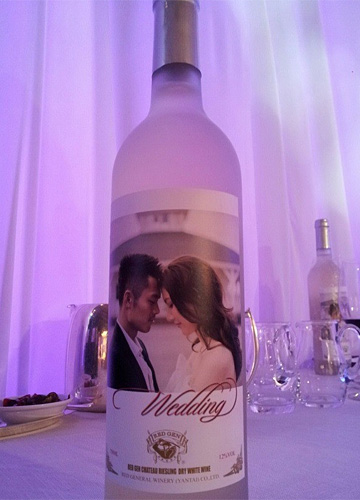 两人的照片印在酒瓶上