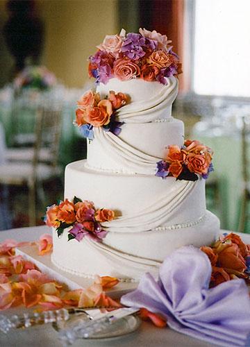 用鲜花代替糖花 装点蛋糕的整体风格