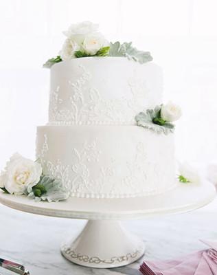 蕾丝的花纹图案在蛋糕上点缀