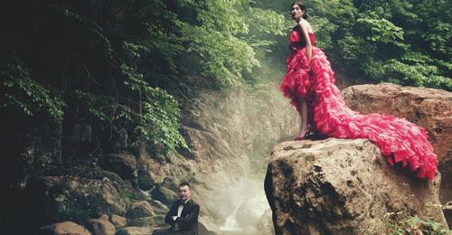 所在 幸福/红色长裙摆礼服Cocoon应翠剑特别定制