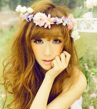 鲜花点缀而成的花环是浪漫甜美的新娘装饰首选,最能凸显新娘气质.图片