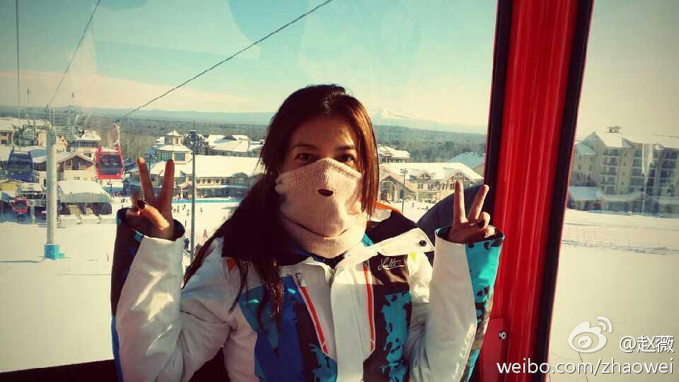 赵薇滑雪与女儿自拍 小四月戴墨镜俏皮可爱