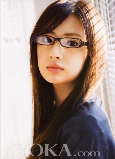 周迅短发眼镜扮可爱 盘点戴眼镜凹造型的明星(21)