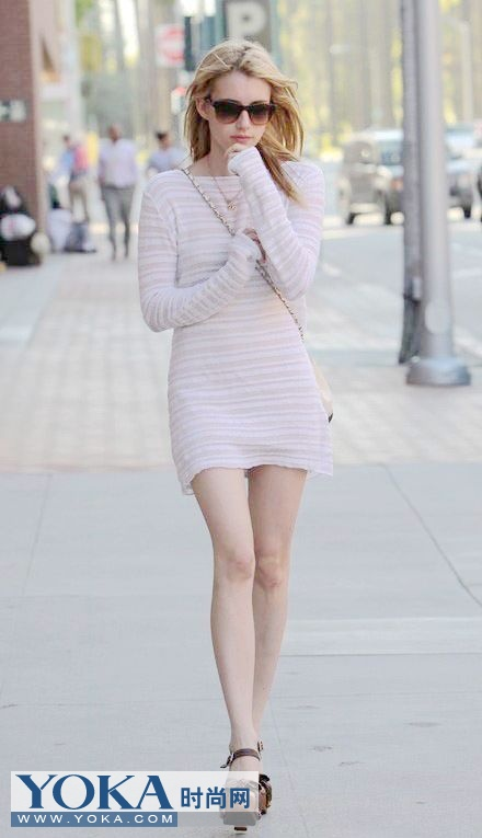 白色连衣裙搭配坡跟鞋