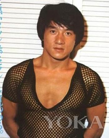 年轻时候的成龙也穿过邓超一样的渔网透视装