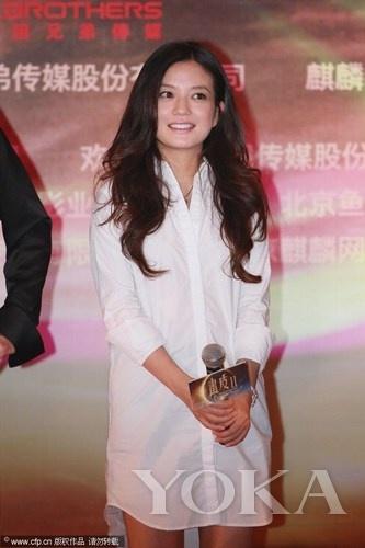 赵薇用长款白衬衫当成连衣裙,清新十足