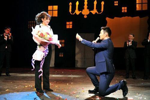 严宽舞台下跪求婚