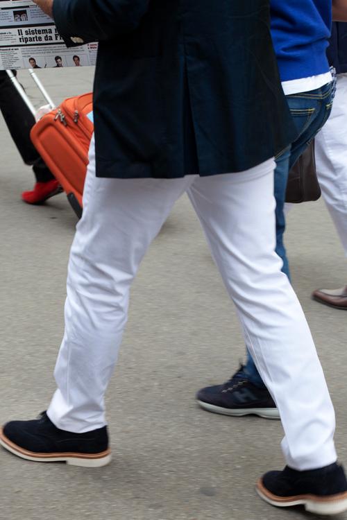 男士白色休闲裤搭配图片