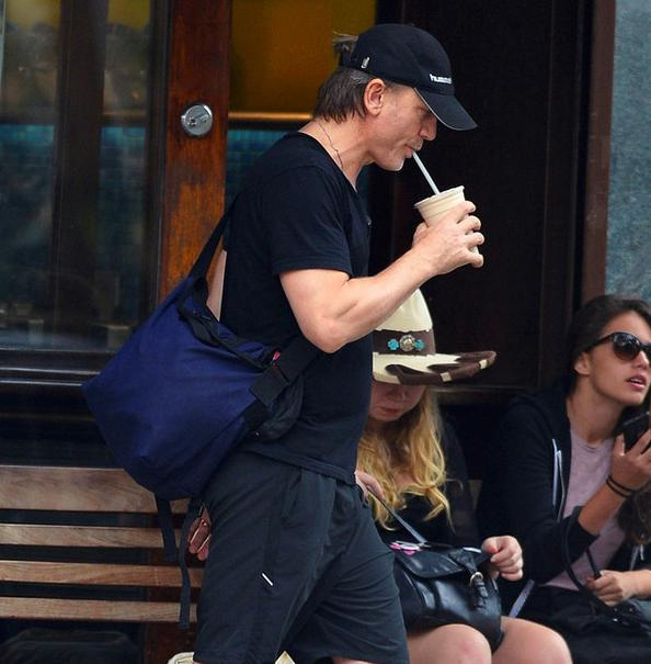 手上光溜溜的街拍肯定不是好街拍 拿着手机的 45%他们是在打电话吗?不是,他们很忙吗?不是,事实的真相就是:等下,待我拿出手机后你再抓拍我!,都说人在认真做事的时候最美腻,打电话时也是最认真最自然的状态,重点就是不做作。看看这些型男鲜肉们,手机绝对是不可放过的一个拍照道具。夹着烟的 25%抽烟的孩纸不够乖;吸烟有害健康;吸烟不利于空气质量的提升嘿!打住,但是吸烟的男人好有魅力,哪怕是拿着烟头来张街拍也是那么有张力,金大川也来了这么一张吸烟照,瞬间忘记他逗比的那一面。一排烟友站那里最有说服力,好气