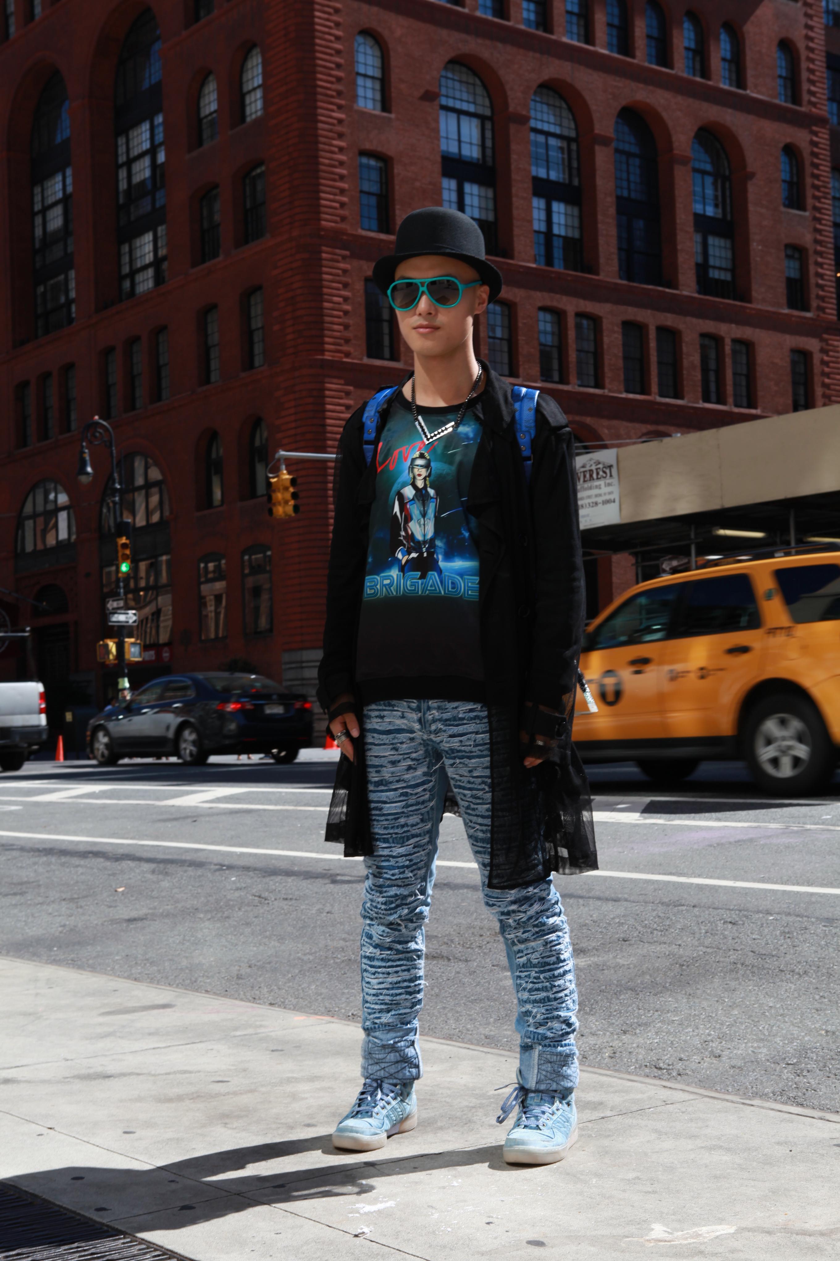 街拍的妹子们裹这么厚还是美 所以怕冷的你还不学? 突然降温的纽约并不能难道热爱时髦的姑娘们,哪怕从头裹到脚可依然看上去不臃肿!大翻领短款呢子大衣不仅保暖还成功的成为了减龄神器,细跟高跟鞋和短款上衣成功的穿出大长腿的效果。本季各大品牌相继推出的皮草单品都一反往常的以明黄、红粉、钴蓝、绛紫、橘黄等缤纷艳丽的色彩出现,彩色皮草从来都是张扬与个性的代言人,好穿保暖谁不爱呢?牛仔连身裤与卡其大衣的搭配,青春活力也不减温度。一双简单的小白鞋,一个同色系的手提包,以及镜框蓝色的呼应,无处不彰显着姑娘们爱美的小心机呀!白