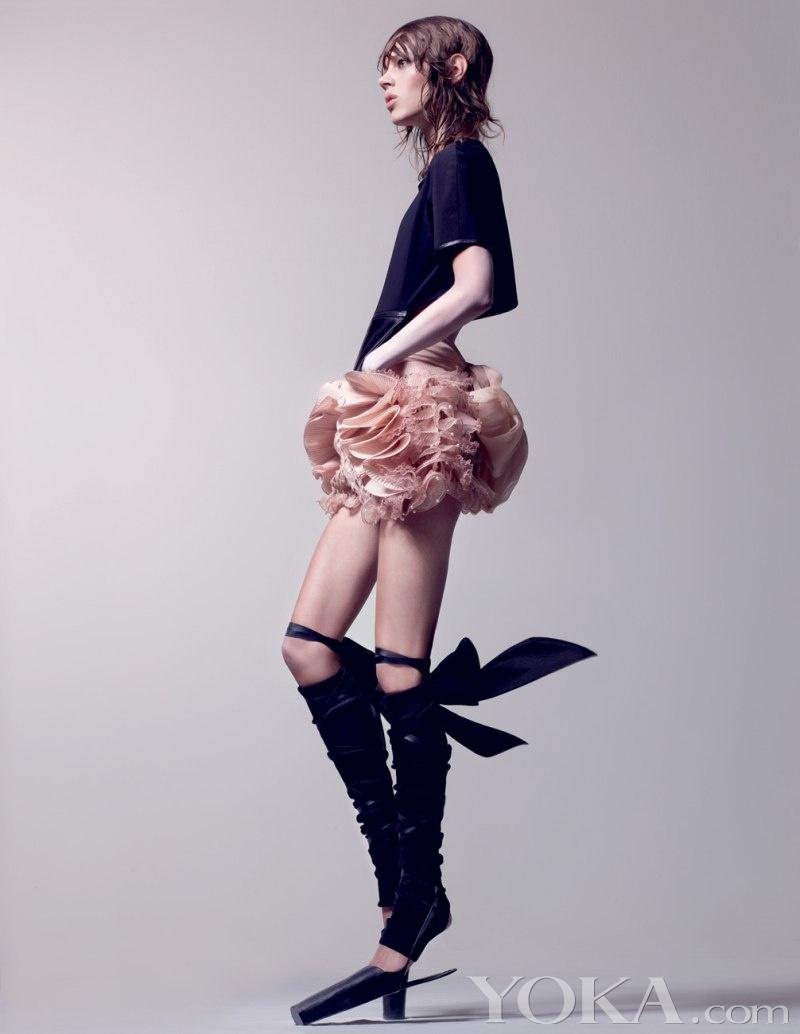 著名时尚摄影大师Craig McDean的最新作品是《Interview》杂志上的这组大片,看到就有一种触动心灵的混搭极致之美,如果你不敢尝试将Alexander Wang, Roberto Cavalli和Ann Demeulemeester搭配在一起,看过这组纱裙与皮衣的的配合一定会为你增加信心。其实混搭高手都善于将柔美与硬朗玩出惊艳的契合,而黑白两色也是永远分不开的经典之作。