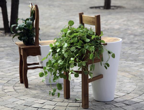 作者:路倩   作品名:《换座》   材料:木材 漆 植物   尺寸:52 x 37 x 87   设计说明    此款室外座椅的灵感来源于我对人与自然关系的感受。人类与自然界的动物、植物共同生存在地球之上,相互依靠,是平等的生命。在这里,我用拟人的手法让人与植物交换座位,来表达我的感受。椅子被变形作为花盆,而花盆则成为人的座椅。